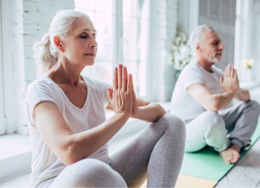 Starsza para podczas medytacji niwelującej stres